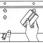 Inicie la aplicación desde la bisagra hacia el borde inferior de la película.