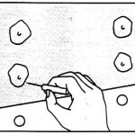 Haga 4 o 5 orificios pinchando con una aguja alrededor del remache y adapte a éste la película.